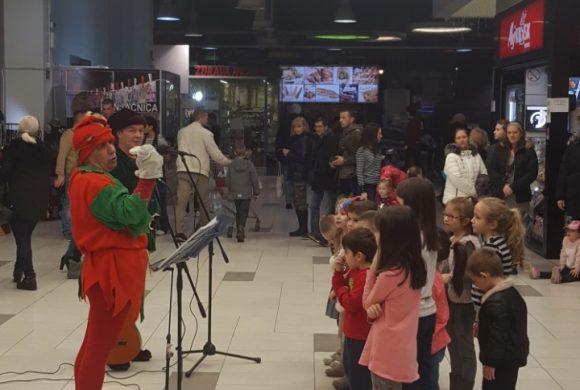 Predstava Snezna kraljica i patuljci u soping centru Karaburma